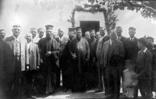 Αρχιεπίσκοπος Ιάκωβος, παπά Νικόλας εφημέριος, Ιωάννης Σταμάτης (Καψίλας) επίτροπος (αριστερά του παπα Νικόλα). Πανηγύρι Αγ Αθανασίου. Δεκαετία 1940-1950.