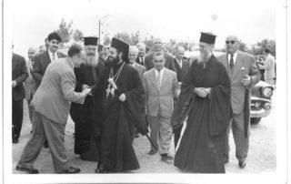 Ο Μητροπολίτης Ιάκωβος, ο Παπα Νικόλας και ο Παπα Δημήτρης, δίπλα ο επίτροπος Νικόλας Σταμάτης (Ταρλαμπούμπας). Αριστερά ψάλτης και δάσκαλος της μουσικής, Νίκος Χατζόπουλος (περίπου το 1960).